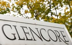 El logo de Glencore fotografiado en el frontis de la sede de la compañía en Baar, Suiza, 30 de septiembre de 2015. La minera y comercializadora de materias primas Glencore reportó el miércoles una caída en su producción de cobre, zinc, plomo, carbón y petróleo, luego de su decisión de reducir la actividad de extracción debido a los bajos precios de los minerales. REUTERS/Arnd Wiegmann