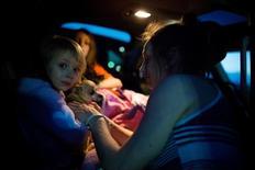 Жительница канадского городка Форт Мак-Марри Кристал Мальтаис и ее дочка Маккенна Сэпли, эфакуированные из-за лесных пожаров в провинции Альберта. Фото сделано в Конклине, Альберта, 3 мая 2016 года. Власти эвакуируют жителей 80-тысячного городка Форт Мак-Марри в канадской провинции Альберта из-за лесного пожара, бушующего в сердце региона нефтеносных песков. Стихия отозвалась стабилизацией мировых цен на черное золото. REUTERS/Topher Seguin