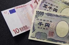 Le yen et l'euro devraient baisser au cours des prochains mois face au dollar américain, selon les professionnels du marché des changes interrogés dans le cadre d'une enquête de Reuters, mais la plupart d'entre eux expliquent que la politique monétaire de la Banque du Japon (BoJ) et celle de la Banque centrale européenne (BCE) n'auront pas grand-chose à y voir.   /Photo d'archives/REUTERS/François Lenoir