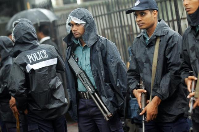 Police officers stand guard in front of the gate of International Crimes Tribunal (ICT) before a verdict against Bangladesh Jamaat-e-Islami chief Motiur Rahman Nizami in Dhaka June 24, 2014. REUTERS/Andrew Biraj