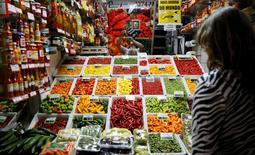 Una mujer mira los productos en un mercado en Belo Horizonte, Brasil. 30 de junio de 2014. Los precios mundiales de los alimentos subieron levemente en abril y por tercer mes consecutivo, pero permanecieron cerca de un 10 por ciento más bajos que hace un año, dijo el jueves la agencia de Naciones Unidas para la agricultura. REUTERS/Toru Hanai