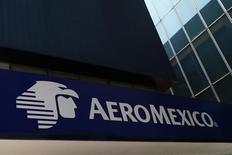 El logo de AeroMéxico, visto en la Avenida de la Reforma, en Ciudad de México, México. 27 de agosto de 2014. Aeroméxico, la mayor aerolínea del país, dijo el jueves que aceptará junto con su socia estadounidense Delta Airlines los términos establecidos por la autoridad antimonopolios de México para autorizar una anunciada alianza. REUTERS/Edgard Garrido