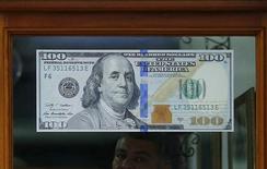 Пункт обмена валют в Рио-де-Жанейро. Доллар вырос к корзине основных валют третий день подряд в четверг, поскольку трейдеры закрыли выгодные позиции в преддверии публикации пятничного отчета о занятости, который может подтвердить мнение о том, что Федрезерв не повысит ставки в скором времени. REUTERS/Ricardo Moraes