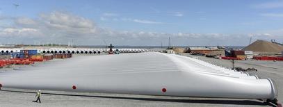 El fabricante de aerogeneradores Gamesa anunció el jueves una fuerte mejoría en todas las líneas de su cuenta de resultados con unos sólidos márgenes que superan holgadamente sus previsiones para el conjunto del año. En la imagen de archivo, molinos de viento sin ensamblar se sitúan en una planta de explotación de Siemens en Alemania, el 11 de junio de 2012. REUTERS/Fabian Bimmer