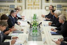 Ukrainian President Petro Poroshenko (3rd L) speaks with International Monetary Fund (IMF) Managing Director Christine Lagarde (2nd R) during their meeting in Kiev, Ukraine, in this September 6, 2015 handout photo provided by the Ukrainian Presidential Press Service. REUTERS/Mikhail Palinchak/Ukrainian Presidential Press Service/Handout via Reuters ATTENTION EDITORS - THIS IMAGE HAS BEEN SUPPLIED BY A THIRD PARTY. IT IS DISTRIBUTED, EXACTLY AS RECEIVED BY REUTERS, AS A SERVICE TO CLIENTS. REUTERS IS UNABLE TO INDEPENDENTLY VERIFY THE AUTHENTICITY, CONTENT, LOCATION OR DATE OF THIS IMAGE. FOR EDITORIAL USE ONLY. NOT FOR SALE FOR MARKETING OR ADVERTISING CAMPAIGNS.