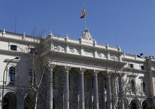 El Ibex-35 de la bolsa española cerró el viernes en positivo gracias a la banca en una jornada muy volátil, después de una semana de importantes caídas en las que acumuló una bajada del 3,58 por ciento. En la imagen, una vista general de la fachada del edificio de la Bolsa de Madrid, el 3 de marzo de 2016. REUTERS/Paul Hanna