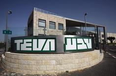 Le groupe pharmaceutique israélien Teva, numéro un mondial des génériques, fait état lundi d'une baisse moins marquée que prévu de son bénéfice au premier trimestre. Le bénéfice hors exceptionnels ressort à 1,20 dollar par action, contre 1,36 dollar il y a un an. /Photo d'archives/REUTERS/Baz Ratner