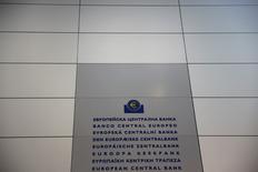 El logo del Banco Central Europeo, fotografiado en su sede en Fráncfort, Alemania. 19 de enero de 2016. La confianza en la zona euro mejoró de forma marginal en mayo, según un sondeo publicado el lunes, pero las expectativas continuaban débiles, lo que sugiere que los estímulos del Banco Central Europeo no están compensando por los temores sobre el crecimiento mundial. REUTERS/Kai Pfaffenbach