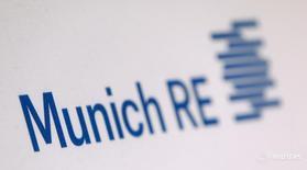 Логотип Munich Re в Мюнхене 16 марта 2016 года. Немецкая перестраховочная компания Munich Re снизила прогноз чистой прибыли на 2016 год до 2,3 миллиарда евро, учитывая слабые результаты первого квартала и ожидаемые высокие расходы на реструктуризацию в своем убыточном страховом подразделении Ergo. REUTERS/Michaela Rehle
