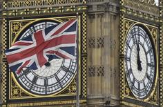 Le déficit commercial de la Grande-Bretagne a atteint 13,27 milliards de livres sterling (16,82 milliards d'euros) au premier trimestre, son niveau le plus élevé depuis les trois premiers mois de 2008, A British Union Jack flag is seen flying near a face of the clocktower at the Houses of Parliament in London, Britain, /Photo d'archives/REUTERS/Toby Melville