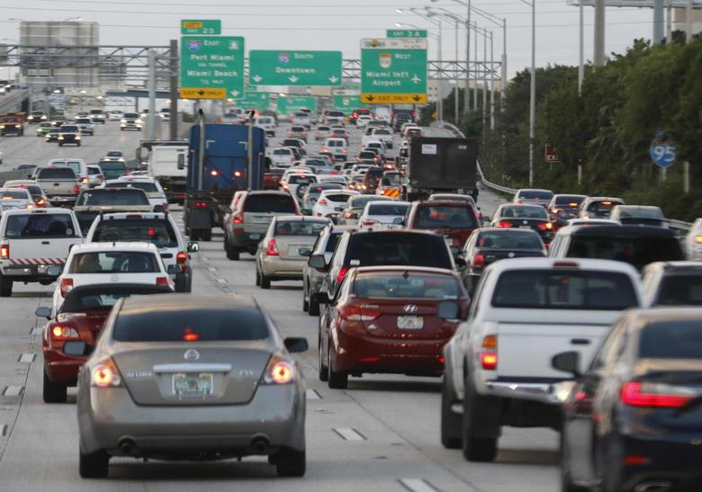 Rush hour traffic is shown on Interstate 95 near downtown Miami, Florida November 5, 2015. REUTERS/Joe Skipper/File Photo