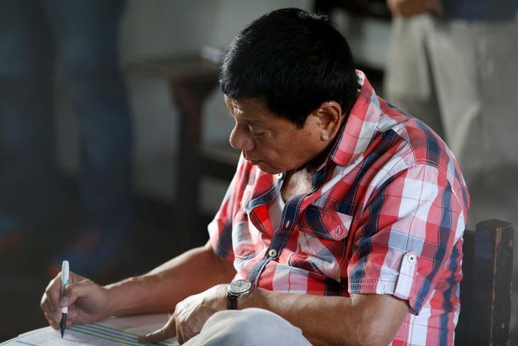 Presidential candidate Rodrigo ''Digong'' Duterte casts his vote at a polling precinct for national elections at Daniel Aguinaldo National High School in Davao city in southern Philippines, May 9, 2016.    REUTERS/Erik De Castro