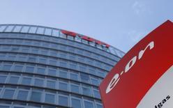 Штаб-квартира E.ONв Эссене, Западная Германия.  E.ON, крупнейшая энергетическая компания Германии, во вторник отчиталась о 8-процентном росте прибыли от основных операций в первом квартале благодаря позитивному однократному эффекту от сделки о снижении цены на газ с российским Газпромом в марте.  REUTERS/Ina Fassbender