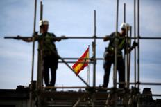 Workers build a pipe structure on a scaffolding during the World Day for Safety and Health at Work in the Andalusian capital of Seville, southern Spain April 28, 2016. REUTERS/Marcelo del Pozo - RTX2C1YK