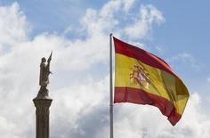 El Tesoro español colocó el miércoles 3.000 millones de euros en el bono a más largo plazo de su historia, aprovechando la desesperación inversora en busca de rentabilidad en una Europa con tipos negativos y con el telón de fondo de la incertidumbre política. En la imagen, la bandera de España y la estatua de Cristóbal Colón en la plaza de Colón en Madrid en Madrid, España,  el 7 de marzo de 2016.  REUTERS/Paul Hanna