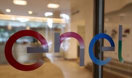 La compagnie d'électricité italienne Enel prépare une nouvelle offre, ferme, pour prendre le contrôle du spécialiste de la fibre optique Metroweb, en espérant prendre ainsi l'avantage face à Telecom Italia, selon deux sources proches du dossier. /Photo prise le 24 mars 2016/REUTERS/Stefano Rellandini