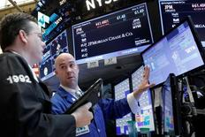Трейдеры на Уолл-стрит. Американский фондовый рынок закрылся снижением в среду, которая стала самым худшим днём с февраля для индекса Dow Jones из-за слабых квартальных отчётов Walt Disney, Macy's и Fossil, подорвавших уверенность в потребительском секторе. REUTERS/Brendan McDermid