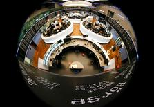 Les principales Bourses européennes évoluaient en baisse de 0,75% environ jeudi dans les premiers échanges, dans le sillage du repli de Wall Street et de la plupart des Bourses asiatiques, plombées notamment par un compartiment bancaire tiré vers le bas par UBS et Crédit agricole. À Paris, l'indice CAC 40 perdait 0,79% à 09h40. À Francfort, le Dax abandonnait 0,76% et à Londres, le FTSE laissait 0,87%. /Photo d'archives/REUTERS/Kai Pfaffenbach