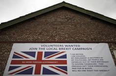 Плакат, призывающий присоединяться к сторонникам выхода Великобритании из Евросоюза, в Олтрингеме 3 мая 2016 года. Возможный выход Великобритании из ЕС может стоить Германии до 45 миллиардов евро ($50 миллиардов) к концу 2017 года, поскольку  под удар может попасть экспорт крупнейшей экономики Европы, говорится в исследовании DZ Bank. REUTERS/Phil Noble