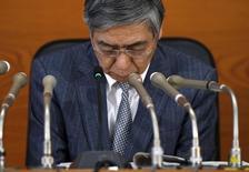 """El gobernador del Banco de Japón, Haruhiko Kuroda, dijo el viernes que la entidad actuará """"con decisión"""" para alcanzar su objetivo de inflación del 2 por ciento, haciendo hincapié en que todavía tiene """"amplias"""" opciones si decide expandir de nuevo su estímulo. En la imagen, el gobernador del Banco de Japón Haruhiko Kuroda en una rueda de prensa en Japón, el 15 de marzo de 2016. REUTERS/Toru Hanai/File"""