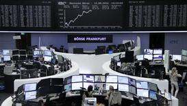 Las bolsas europeas retrocedían en las primeras operaciones del viernes, siguiendo la trayectoria bajista de los mercados asiáticos debido al descenso de los precios del crudo. En la imagen, unos operadores en la Bolsa de Fráncfort, el 12 de mayo de 2016.  REUTERS/Staff/Remote