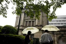 """La sede del Banco de Japón en Tokio, abr 28, 2016. El gobernador del Banco de Japón, Haruhiko Kuroda, dijo el viernes que la entidad actuará """"con decisión"""" para alcanzar su objetivo de inflación del 2 por ciento, haciendo hincapié en que todavía tiene un """"espacio amplio"""" si decide expandir de nuevo su estímulo.  REUTERS/Thomas Peter"""