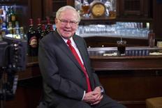 Warren Buffett, le président de Berkshire Hathaway, soutient un consortium d'investisseurs en lice pour le rachat des actifs internet de Yahoo, a-t-on appris auprès de personnes au fait du dossier. Ce consortium, qui comprend également Dan Gilbert, le fondateur du site de prêts immobiliers en ligne Quicken Loans, fait ainsi concurrence à Verizon Communications. /Photo prise le 8 décembre 2015/REUTERS/Lucas Jackson