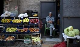 Продавец овощей на улице в турецком Диярбакыре 31 октября 2015 года. Россия пополнила список запрещенных продуктов из Турции кабачками и тыквами. REUTERS/Stoyan Nenov