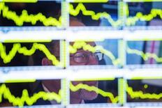 Les Bourses européennes ont réduit leurs pertes à mi-séance lundi, surtout Londres soutenue par son important compartiment minier. À Paris, le CAC 40 cédait encore 0,79% à 13h20, après un creux à 4.269 le matin, mais le FTSE réduit son recul 0,40% à Londres. /Photo d'archives/REUTERS/Lucas Jackson