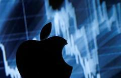 Berkshire Hathaway, le groupe dirigé par l'investisseur Warren Buffett, a annoncé lundi être entré au capital d'Apple, pariant apparemment sur un rebond du cours du groupe californien, en net recul depuis l'annonce fin avril de la première baisse des ventes de l'iPhone, son produit phare. /Photo prise le 28 avril 2016/REUTERS/Dado Ruvic