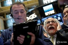 Трейдеры на торгах Нью-Йоркской фондовой биржи 5 мая 2016 года. Фондовый рынок США открылся повышением основных индексов в понедельник после тяжёлой прошлой недели, поддерживаемый подъёмом акций Apple и ростом нефтяных котировок. REUTERS/Brendan McDermid
