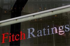 El logo de Fitch Ratings en sus oficinas de Nueva York, feb 6, 2013. Una salida británica de la Unión Europea podría dañar las calificaciones crediticias de otros miembros del bloque regional con fuertes lazos comerciales o financieros con el Reino Unido, incluidos Alemania, Francia, España, Irlanda y Holanda, dijo la agencia Fitch el lunes.  REUTERS/Brendan McDermid