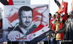 Сторонники президента Сирии Башара Асада с его портретами и флагами страны у европейской штаб-квартиры ООН в Женеве 31 января 2014 года. Неудачные попытки администрации президента США Барака Обамы убедить Москву в том, что сирийский лидер Башар Асад должен уйти, усиливают недовольство Европы из-за провала усилий, направленных на завершение пятилетней гражданской войны в ближневосточной стране, сказали дипломаты. REUTERS/Denis Balibouse