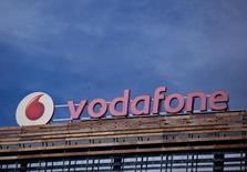 En la imagen, el logo de Vodafone en un edificio a las afueras de Madrid, el 13 de abril de 2016. Vodafone dijo que el crecimiento de sus ganancias se aceleraría este año después de que un programa para mejorar sus redes ayudó al grupo a regresar en el 2016 a una expansión en los ingresos y utilidades de su negocio principal por primera vez desde el 2008. REUTERS/Andrea Comas