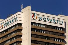 """Novartis annonce mardi la division de son pôle pharmaceutique en deux """"unités d'affaires"""", l'une pour l'oncologie et l'autre pour d'autres types de traitements. David Epstein, le patron de Novartis Pharmaceuticals depuis 2010, quittera par ailleurs Novartis. /Photo d'archives/REUTERS/Arnd Wiegmann"""