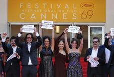 """El electo y el director de la película brasileña """"Aquarius"""", Kleber Mendonça Filho (derecha), protestan en Cannes en apoyo a la suspendida presidenta Dilma Rousseff. Miembros del elenco y el equipo de la película brasileña """"Aquarius"""", estrenada en la principal competencia en el Festival de Cine de Cannes el martes, realizaron una protesta en apoyo a la presidenta Dilma Rousseff durante su paso por la alfombra roja. 17/5/2016.   REUTERS/Yves Herman"""