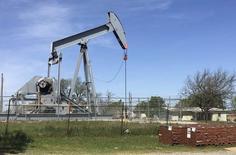 Нефтяной станок-качалка в городе Велма, Оклахома. 7 апреля 2016 года. Цены на нефть находились вблизи максимумов 2016 года в среду, поскольку сообщения о перебоях поставок и снижении добычи продолжили оказывать давление на рынок, хотя трейдеры предупреждают, что большие мировые запасы нефти по-прежнему влияют на рынки. REUTERS/Luc Cohen
