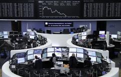 Las acciones europeas caían el miércoles, siguiendo la estela bajista de Wall Street y los mercados asiáticos, al resucitar la perspectiva de que la Reserva Federal estadounidense podría volver a subir el precio del dinero este año. En la foto, operadores en la Bolsa de Fráncfort el 17 de mayo de 2016. REUTERS/Staff