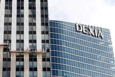 Dexia affiche sa plus lourde trimestrielle en un an pour les trois premiers mois de 2016, la banque franco-belge nationalisée ayant été confrontée à une hausse de ses coûts de financement et à une augmentation des versements de charges et des contributions. L'établissement a publié une perte nette, hors éléments exceptionnels, de 90 millions d'euros, à comparer à un bénéfice de deux millions d'euros sur les trois derniers mois de l'année dernière. /Photo d'archives/REUTERS/Jacky Naegelen