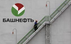 Рабочий поднимается по лестнице на НПЗ Башнефти в Уфе. 11 апреля 2013 года. Российский фондовый рынок, слегка корректирующийся в долларовых ценах в среду, сохраняет интерес к приватизации Башнефти на фоне возобновившихся с новой силой спекуляций: с начала недели обыкновенные акции нефтяной компании подорожали на 7 процентов и обновили пик этого года при символическом повышении индекса ММВБ. REUTERS/Sergei Karpukhin