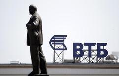Логотип ВТБ на крыше здания в Ставрополе. 17 июля 2014 года. Второй по величине российский госбанк ВТБ наращивает подразделение товарно-сырьевых рынков, стремясь помочь российским производителям нефти, угля и металлов увеличить присутствие на новых направлениях от Китая до Африки, сказал в интервью Рейтер глава подразделения банка. REUTERS/Eduard Korniyenko