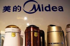 Electrodomésticos Midea en una tienda en Pekín, mayo 18, 2016. El fabricante chino de electrodomésticos Midea Group realizó el miércoles una oferta para comprar al fabricante de robots alemán KUKA AG, con el objetivo de acceder a tecnología alemana industrial de punta.  REUTERS/Kim Kyung-Hoon