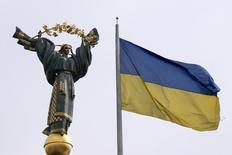 Флаг Украины на майдане Незалежности (площади Независимости) в Киеве 11 апреля 2016 года. Ситуация на Украине в целом, и инфляционная, в частности, создают предпосылки для дальнейшего снижения учетной ставки, сказал замглавы Нацбанка и подтвердил прогноз ежеквартального роста экономики до конца текущего года. REUTERS/Valentyn Ogirenko