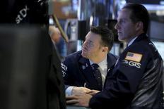 Трейдеры на фондовой бирже в Нью-Йорке. 6 апреля 2016 года. Индекс S&P 500 упал в четверг до минимума с марта на фоне роста беспокойств о том, что Федрезерв США может повысить процентные ставки уже в июне. REUTERS/Brendan McDermid