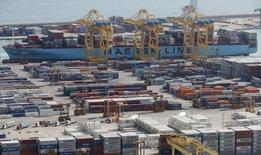La balanza comercial española registró en marzo un déficit de 796 millones de euros, un 10,6 por ciento menos que en el mismo mes de 2015, debido a un incremento de las importaciones mayor que el de las exportaciones. En la imagen de archivo, una vista general del la terminal de mercancías del Puerto de Barcelona, REUTERS/Albert Gea/Files
