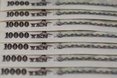 Las divergencias sobre política fiscal y tipos de cambio probablemente llevarán a que las economías del G-7 acuerden una respuesta de enfoques individuales para enfrentar los riesgos que obstaculizan el crecimiento de la economía global en una reunión que comienza el viernes en Japón. En la imagen, billetes 10.000 yenes en una foto de archivo tomada el 28 de febrero de 2013.  REUTERS/Shohei Miyano/File Photo