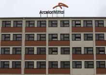 Les valeurs liées aux matières permières ont le vent en poupe en Bourse vendredi. A Paris, ArcelorMittal gagne 2,29%, enregistrant la plus forte hausse du CAC 40. /Photo prise le 1er avril 2016/REUTERS/David W Cerny