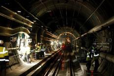 Groupe Eurotunnel a annoncé un projet d'achat au gestionnaire de fonds Star Capital de 51% de leur coentreprise ElecLink, qui développe un interconnecteur destiné à relier les marchés anglais et français de l'électricité via le tunnel sous la Manche. L'exploitant du tunnel précise dans un communiqué qu'il détiendra à l'issue de l'opération 100% de cette coentreprise créée en 2011. /Photo d'archives/REUTERS/Pascal Rossignol
