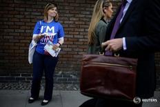 Женщина на улице Лондона агитирует людей проголосвать за сохранение Британии в ЕС 20 мая 2016 года. Британия может погрузиться в годовую рецессию, если проголосует за выход из Евросоюза, сказал министр финансов страны Джордж Осборн, вновь попытавшийся обратить внимание избирателей на негативные последствия подобного решения для экономики. REUTERS/Kevin Coombs