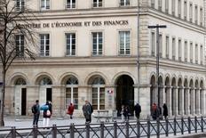 Les ministères devront accentuer les économies l'an prochain pour tenir l'engagement de ramener le déficit public de la France sous 3% du produit intérieur brut, a déclaré lundi Michel Sapin. /Photo d'archives/REUTERS/Charles Platiau